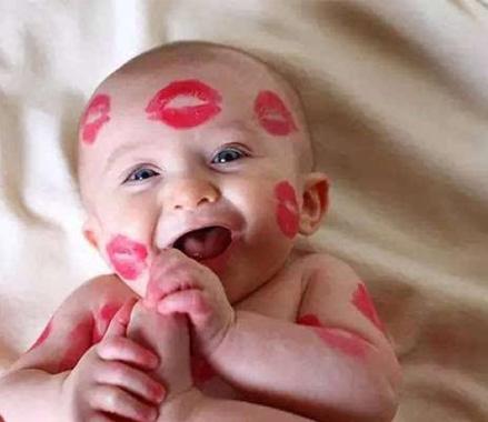 """宝宝被亲死?真的!每年有孩子被""""Kiss病毒""""传染"""