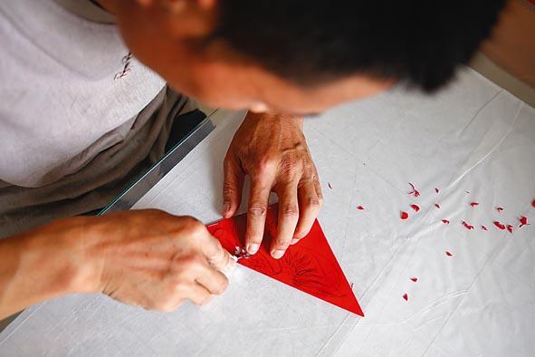 一把刻刀,一张红纸,小剪纸剪出美丽画卷