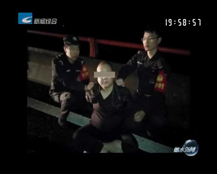 越野车顶人冲上高速 警民合作制服驾驶员