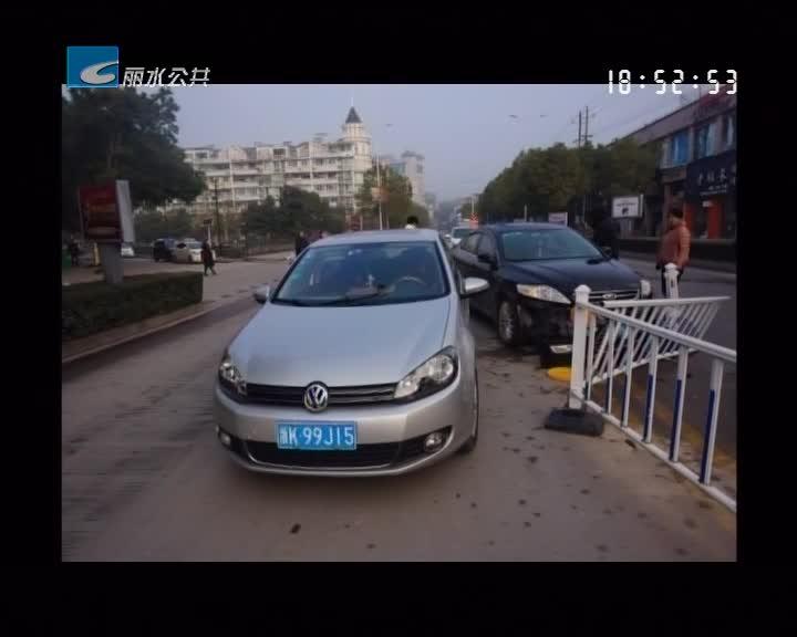 监控实录:两车相撞 撞倒护栏