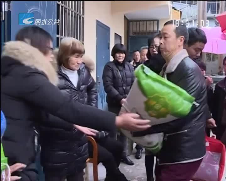 仙里村民遭火灾 文明商户献爱心