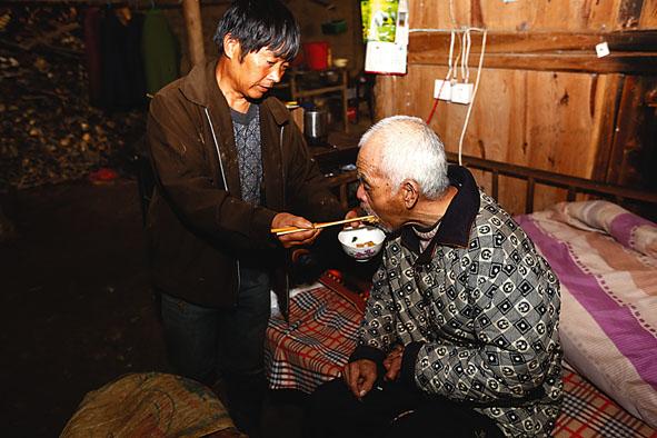 杨伟和:无怨无悔照顾瘫痪八旬养父