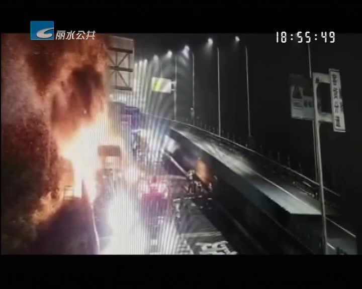 超载货车高速起火 58吨煤炭化飞灰