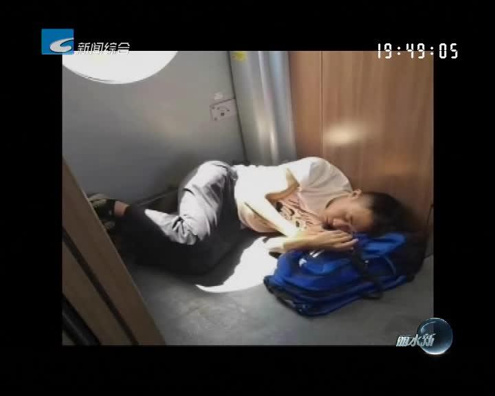 """男子在动车过道睡觉 一张偷拍照被""""疯狂""""转发!"""