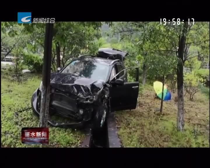 """暴雨导致道路湿滑 小车""""飞""""进绿化带"""