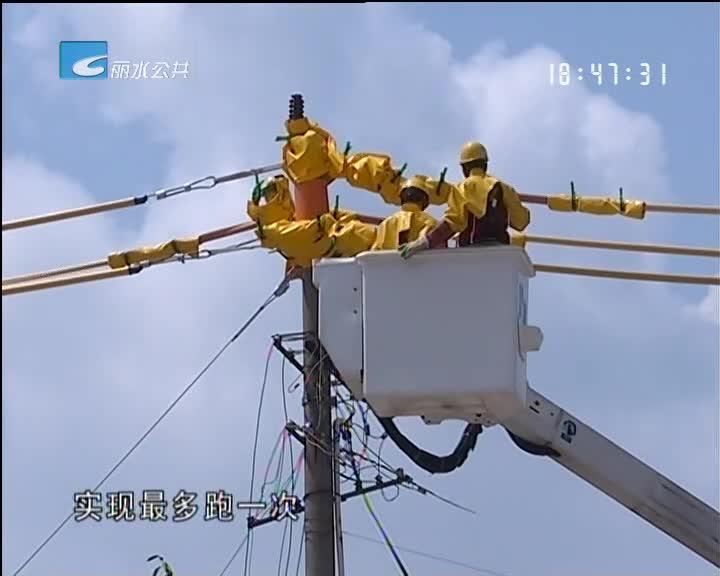 【大力推进城中村改造】电力工人带电作业废除杆线