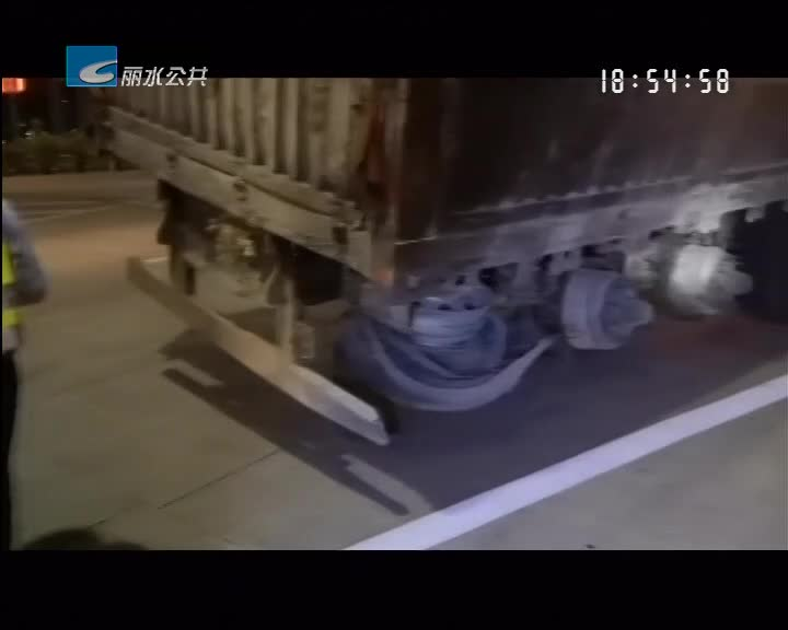 车轮烧得仅剩轱辘 司机仍想上高速