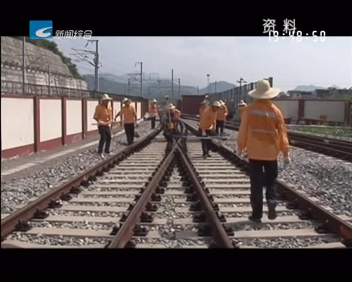 高温下的坚守:烈日下行走的列车护航人