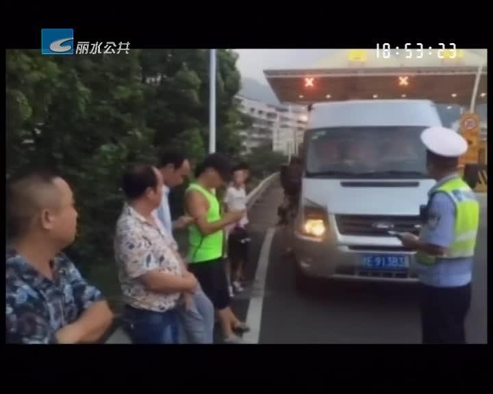 七座小车塞进13人 司机涉嫌非法营运