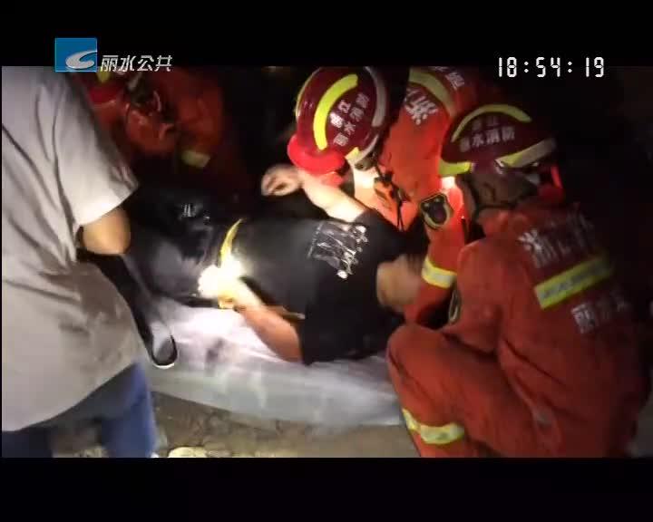挖掘机深夜施工侧翻 驾驶员被困车内