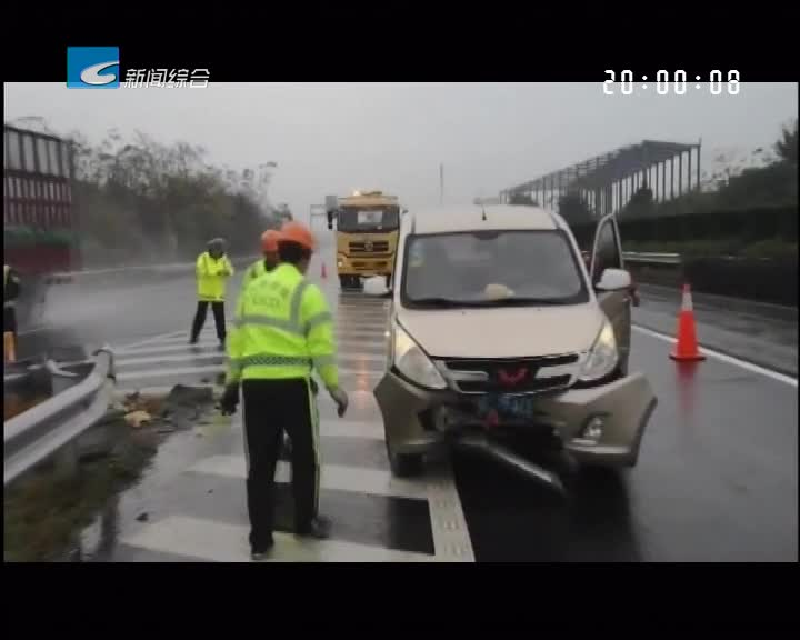 监控实录: 高速随意变道引发事故