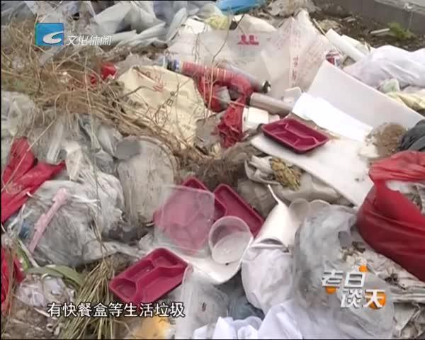 垃圾桶旁边堆满垃圾  个把月没清运