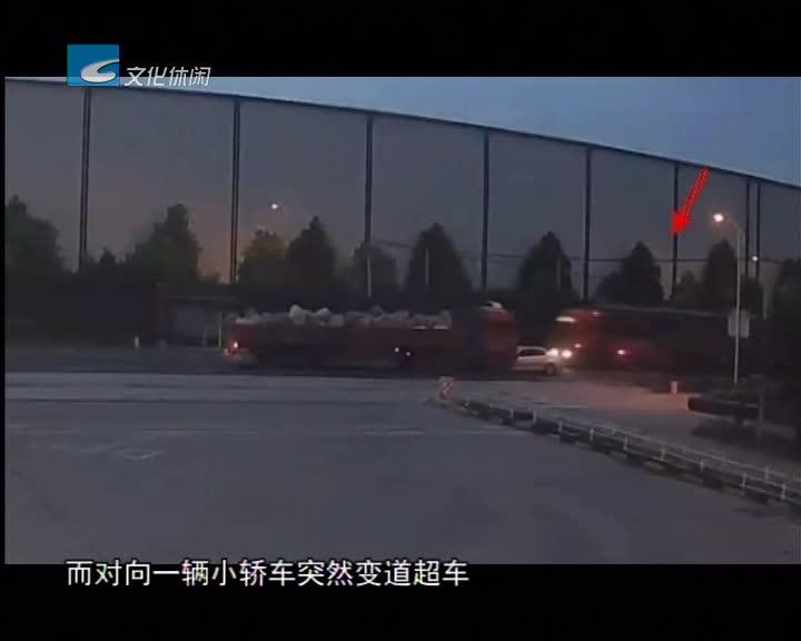 加油站门口两车相撞起火 石化员工三分钟紧急救援