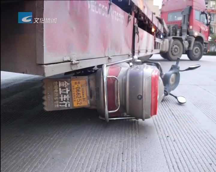 男子卷入大货车底 众人齐心救人