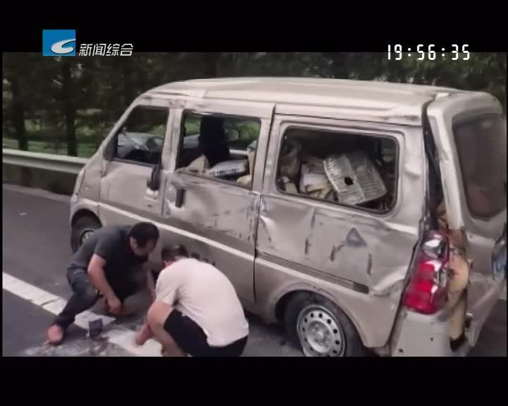 面包车撞得支离破碎 安全带救了两命